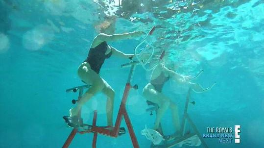 Khloé a její sestra Kourtney vyzkoušely rotoped pod vodou...