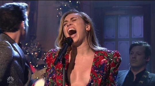 Miley ukázala dekolt i v dalším outfitu.