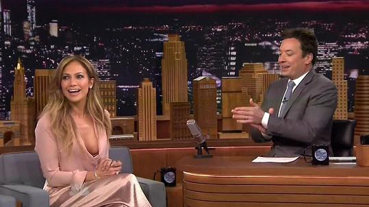 Jimmy Fallon mohl v dekoltu Jennifer Lopez oči nechat.