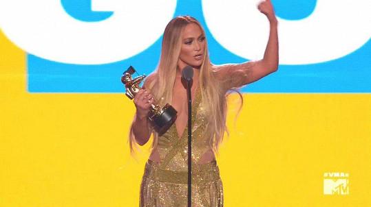 Jennifer Lopez převzala cenu za průkopnický přínos ve světě hudebních videí.