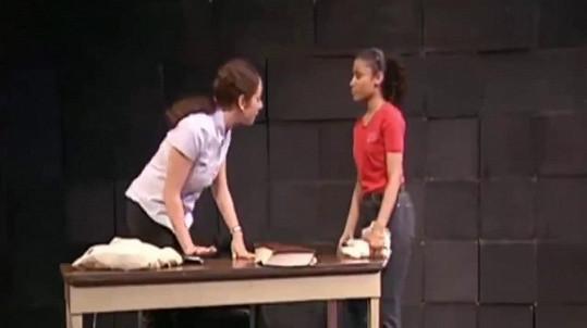 Nicki si zahrála se spolužačkou ve školní hře.