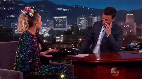 Jimmy Kimmel byl ze zpěvaččina oděvu mírně nesvůj...
