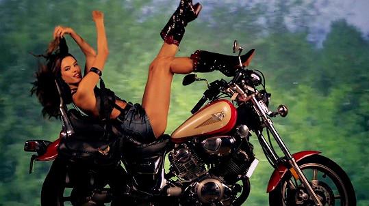 Alessandra Ambrosio nechyběla v adventním videu magazínu Love.