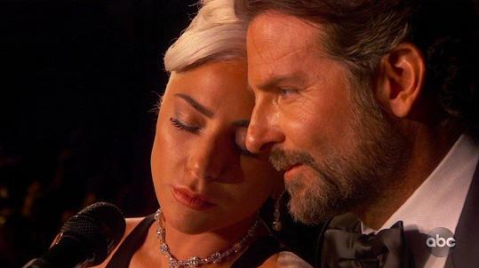 Spekulovalo se i o románku s kolegou Bradleym Cooperem.