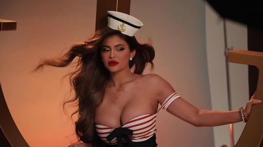 V klipu k písni Ice Cream se předvedla v námořnickém i Kylie Jenner.