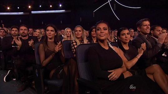 Kim Kardashian tentokrát zůstala fotografy upozaděna.
