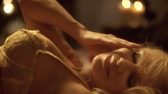 Pamela provokuje v reklamě na prádlo a erotické pomůcky.