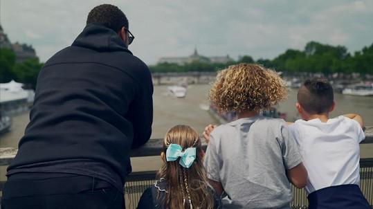 Bývalý fotbalista se syny Lorenzem (10) a Tatem (8) a dcerou Tiou (5)
