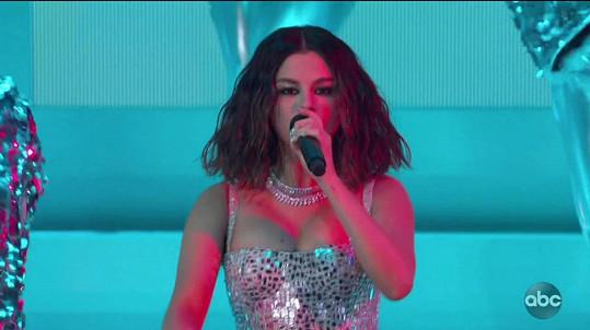 V o něco odvážnějším modelu vystoupila s písní Look At Her Now.