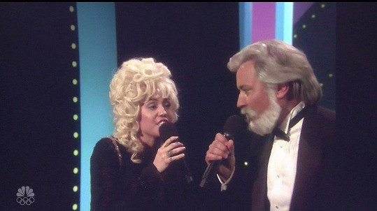 S moderátorem Jimmym Fallonem zazpívali duet Islands in the Stream.