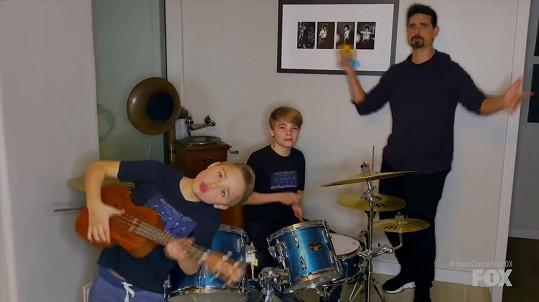 Kevin Richardson si do domácího videoklipu přizval své dva syny - Masona a Maxwella.