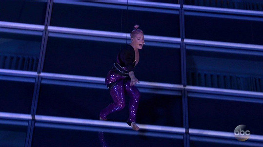 Pink zpívala a tančila zavěšená na hotelu před divadlem, kde se ceny rozdávaly.