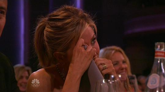 Jennifer se neubránila slzám.