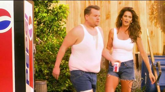 A parodii na reklamu natočila v The Late Late Show Jamese Cordena.