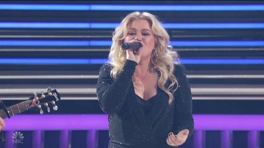 Udílení hudebních cen moderovala, a ještě sama zazpívala.