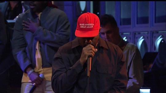 Touto čepicí podporující Donalda Trumpa Kanye West rozlítil veřejnost.