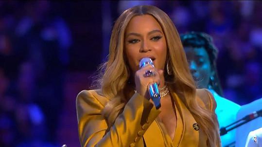 Beyoncé ve Staples Centru zazpívala.