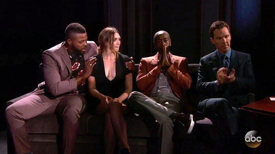 (Vý)střih šatů ocenil i její kolega Winston Duke. U Kimmela byla herečka ještě s Donem Cheadlem a Benedictem Cumberbatchem