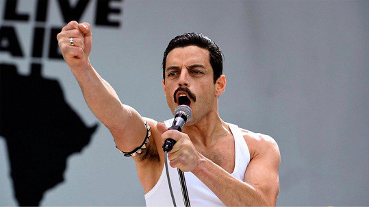 Rami Malek se v roli Freddieho Mercuryho překonal.