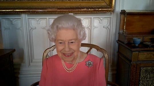Oblíbený šperk ji zdobí v posledních dnech, na snímku při rozhovoru s představiteli NHS.