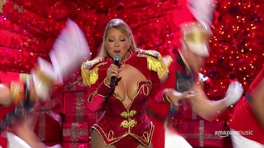 Ani při vystoupeních výstřihy nešetří. V mini dokumentu Mariah Carey is Christmas: The Story of All I Want for Christmas Is You z produkce Amazonu