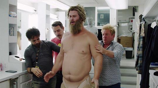 Chris Hemsworth si vyzkoušel oblek tlouštíka