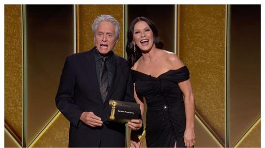 Manželský pár vyhlašoval vítěze v kategorii Nejlepší snímek - drama.