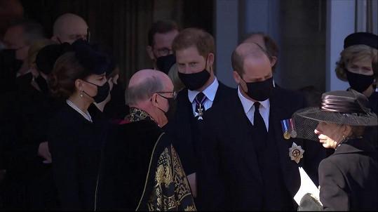 Harry a William na pohřbu ještě s rouškami