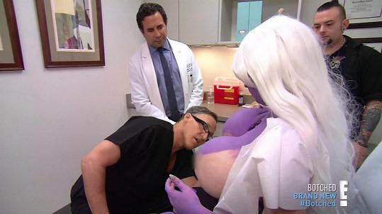 """""""Pokud tam nacpete ještě větší implantáty, slibuji vám, že to bude katastrofa,"""" varuje ji plastický chirurg."""