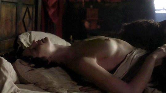 Caitriona Balfe a Sam Heughan během vášnivé postelové scény