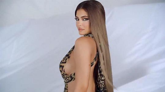 Na své produkty poutá převážně sexy snímky nebo videi.