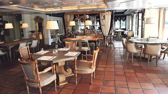 Interiér luxusního zařízení, na němž se televizní šéfkuchař sám podílel.