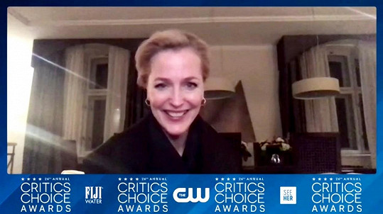 Gillian Anderson si online převzala cenu v hotelu v Praze, kde natáčí válečné drama White Bird: A Wonder Story. Sošku od kritiků získala za vedlejší roli v seriálu Koruna.