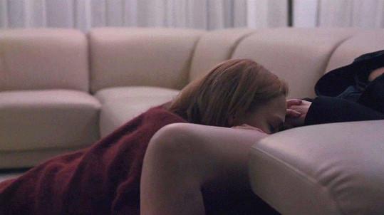 V aktuální epizodě se Annu snaží svést na pohovce.