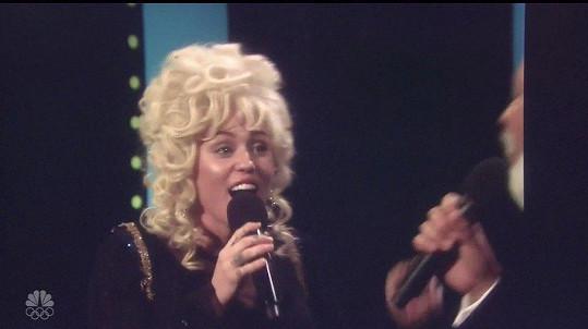 Miley Cyrus v televizi vystoupila jako Dolly Parton.