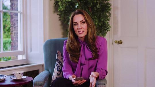 Kate Middleton obklékla blůzu ve videu, kde odpovídala na dotazy ke své činnosti v pomoci dětem a jejich rodičům s výchovou v útlém věku.