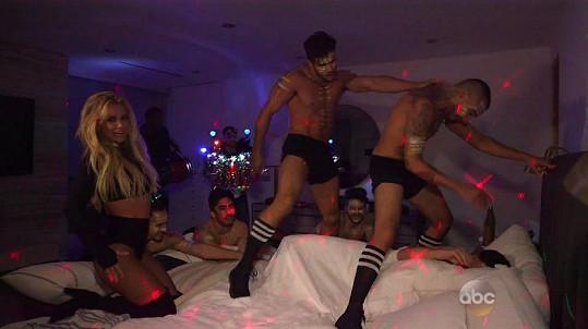 Britney s tanečníky v ložnici Jimmyho Kimmela