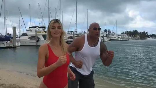 Dwayne Johnson a Kelly Rohrbach v nové Pobřežní hlídce