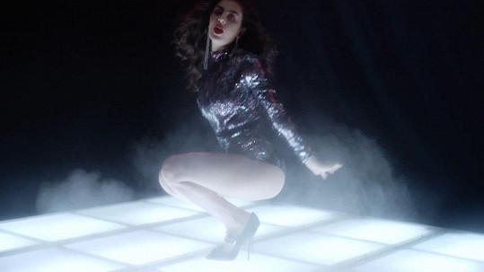 Charli XCX ve videu magazínu Love