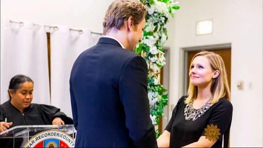 Kristen Bell si Daxe Sheparda vzala před úřednicí v budově soudu...