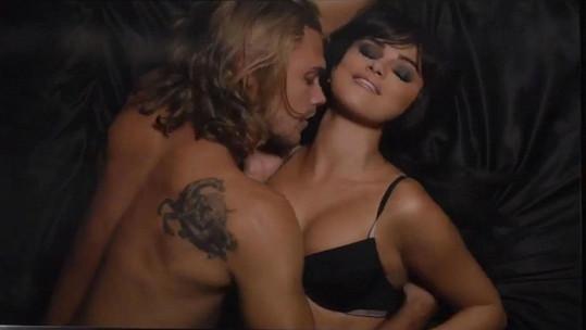Potetovaný model Christopher Mason se stal předmětem touhy stalkerky Seleny Gomez.