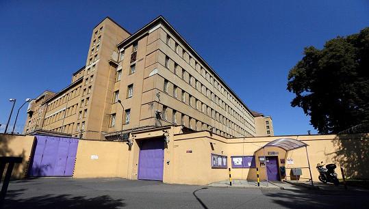 Brány věznice na pražské Ruzyni.