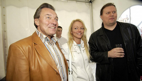 Dominika se zesnulým tatínkem Karlem Gottem a manželem.