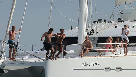 Kristin dokumentovala skok do vody svého manžela Jaye (vlevo) a jeho kamaráda.
