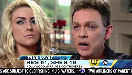 Kvůli vrstvám líčidel nikdy nevypadala na svůj věk. Zde před pěti lety s manželem Dougem Hutchisonem.