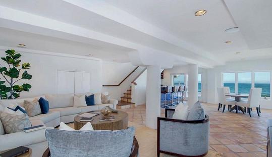 Pohled na oceán si mohou majitelé dopřát i z obýváku, kuchyně a jídelny.