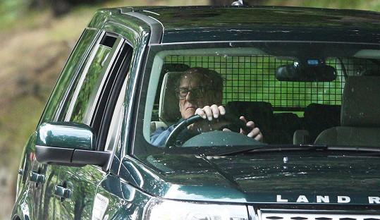 Princ Philip po loňské autonehodě raději odevzdal řidičák.