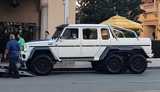 Nové auto, které si nechal zpěvák včera vyložit přímo před hotelem v Beverly Hills, kde momentálně pobývá.