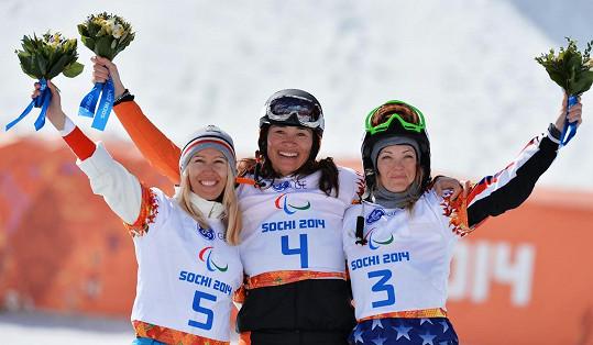 Na paralympiádě v Sochi loni skončila třetí (vpravo).