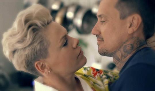 Pink s manželem Careym Hartem v jednom z jejích videoklipů